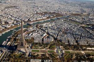 Vue aérienne sur la tour Eiffel et Paris