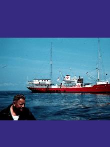 1958 – Début de la première radio pirate offshore au large du Danemark.