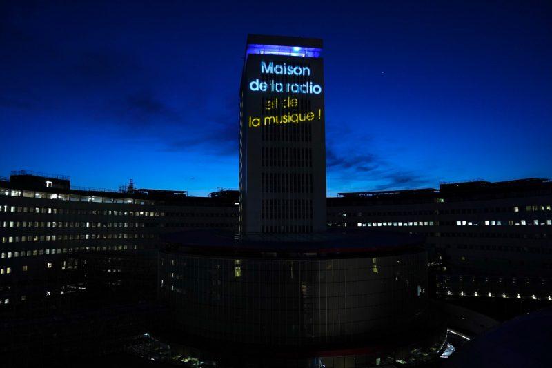 """Pendant tout l'été 2020, la tour de 22 étages de la Maison de la radio s'est habillée à la nuit tombée d'un cri du cœur lumineux """"La Maison de la radio... et de la musique !"""""""